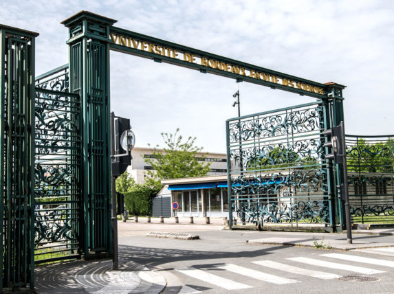 Portail d'honneur du campus de Bordeaux
