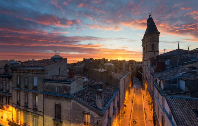 Les couleurs orangées de Bordeaux qui fête Halloween