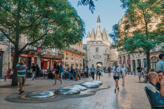 Place du Palais et la porte Cailhau à Bordeaux