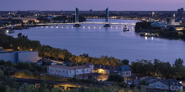 Eloge de la tranquillité sur les quais de Bordeaux à vélo